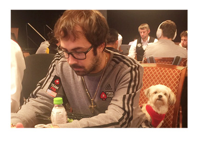 Photo of Jason Mercier and his pet dog at the WSOP 2016 - Shot by Felipe Mojave via Twitter