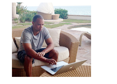 Phil Ivey - Cabo San Lucas - Playing Poker on Mac Laptop