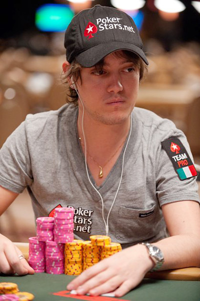 Dario Minieri sporting a Pokerstars.net Hat and Italy Team Pro badge