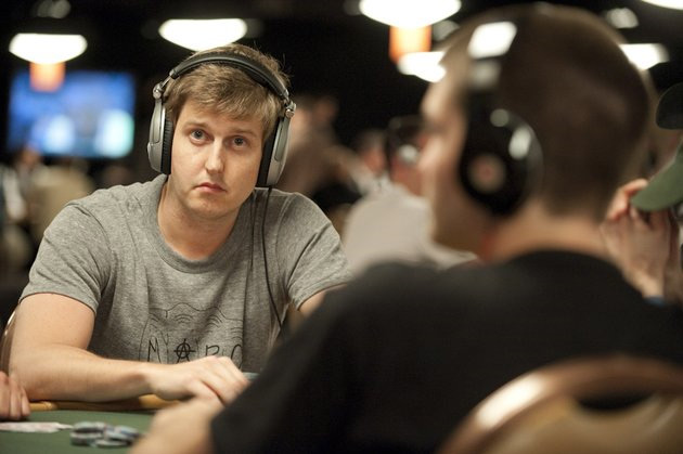 Erik Sagstrom - din fru - at the WSOP 2010 - With headphones on